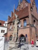 Rathaus mit Roland-Statue, derzeit wg. einer Großbaustelle eingezäunt