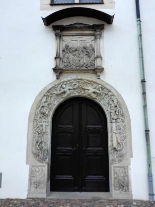 Portal der Schlosskapelle, die 1544 von Martin Luther eingeweiht wurde