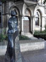 Skulptur vor dem Gymnasium