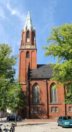 Seitenansicht der evangelischen Kirche (Foto: Niteshift (talk) | http://commons.wikimedia.org | Lizenz: CC BY-SA 3.0 DE)