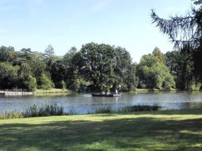 Ein Fährmann bringt die Besucher mit einer Seilfähre in Neumarts Garten