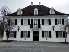 Altes Wohnhaus neben der Orangerie