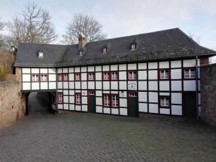 Hütte der Dürener Sektion des Alpenvereins am Eingang zur Burg