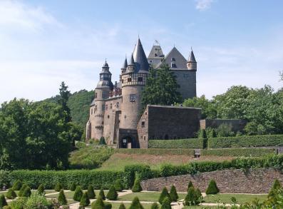 Schloss Bürresheim oberhalb von Mayen (Foto: Klaus Graf   http://commons.wikimedia.org   Lizenz: CC BY-SA 3.0 DE)