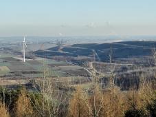 Am Übergang zum Hambacher Tagebau wächst die Höhe weiter. Im Hintergrund spuckt ein Riesenbagger Erdreich aus.