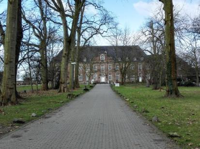 Seitenansicht auf das Kloster Langwaden