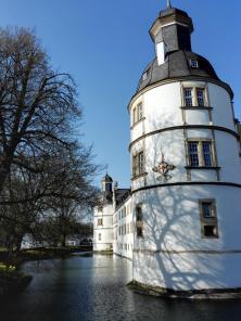 Das Schloss ist von einem Wassergraben umgeben
