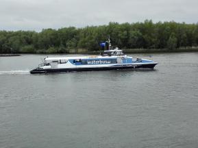Ein Waterbus auf dem Fluss Noord