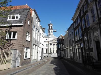 """Blick durch die Straße """"Grotekerksbuurt"""" auf das Rathaus"""