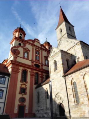 Links die evangelische Stadtkirche, rechts die Basilika St. Vitus