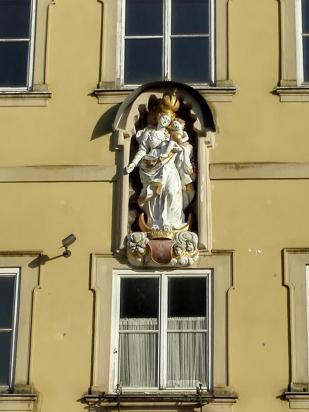 Marienskulptur in der Fassade