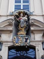Skulptur am Portal eines kirchlichen Gebäudes