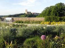 Blick vom Garten hinüber zur Schönenbergkirche