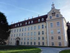 Die Frontseite des Schlosses