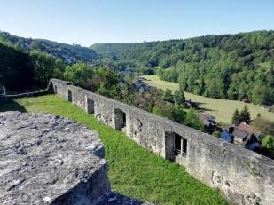 Blick vom Bergfried auf die Burgmauern und das Tal der Kupfer