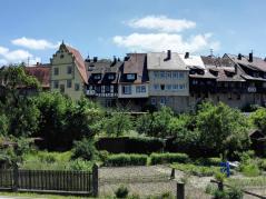 Auf die Stadtmauer aufgesetzte Häuser neben dem Würzburger Tor