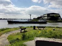Ein Binnenschifft verlässt den Hafen