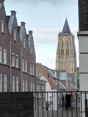 Blick über den Kanal zum leicht schiefstehenden Kirchturm