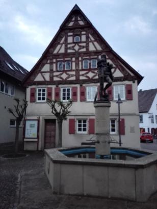 Görz Brunnenfigur vor dem alten Rathaus