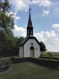 Die Germana-Kapelle oberhalb von Much