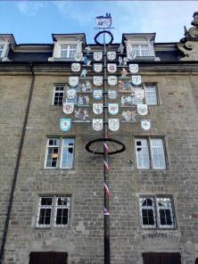 Großer Zunftbaum vor dem Alten Schloss