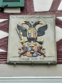 Prächtiges Wappen über einem Bürgerhaus