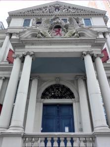 Prächtiges Portal des Museums