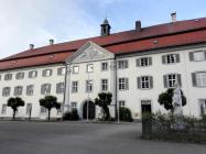Das Tagungsgebäude hinter der Kirche