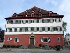Vorbei am roten Schloss in Jagsthausen