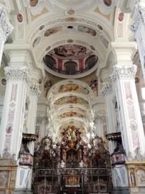 Blick zum Hochaltar in der Klosterkirche