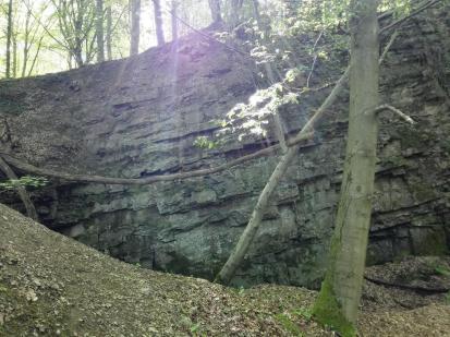 Reste eines alten Steinbruchs