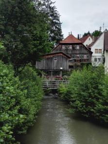Ehemaliges Mühlengebäude über dem Kessbach