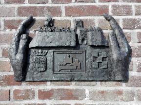 Plakette an der Hafenmauer