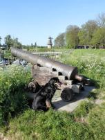 Alte Kanone auf dem Befestigungswall rund um Woudrichem