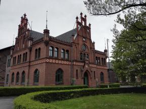 Das Verwaltungsgebäude mit dem Büro des Direktors