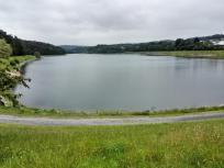 Der See ist knapp 3 km lang und maximal 300 Meter breit