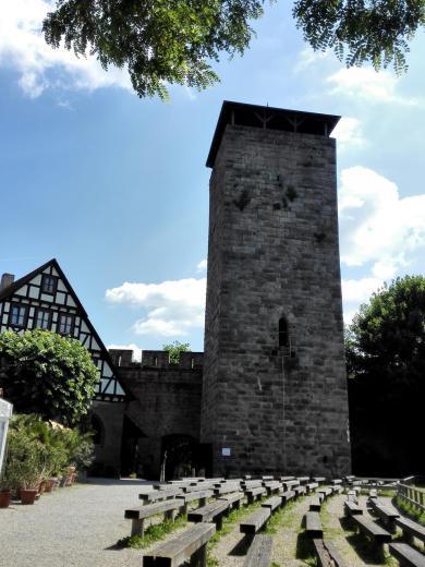 Der 28 Meter hohe Bergfried der Burg Hohenbeilstein