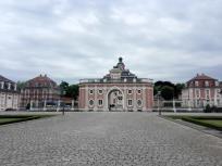 Blick vom Vorplatz zum Eingangsgebäude
