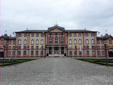 Blick vom Vorhof auf das Hauptgebäude