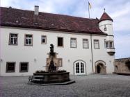 Innenhof der Burg mit Brunnen