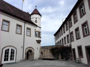 In spitzem Winkel laufen die drei Flügel der Burg aufeinander zu