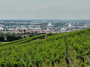 Blick beim Aufstieg in den Wald hinunter den Talkessel von Heilbronn