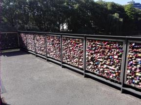 Liebesschlösser an einer der Neckarbrücken