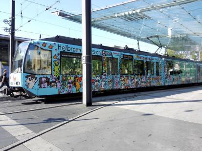 Ein Hingucker: Bunt bemalte Straßenbahn im Stil von James Rizzi