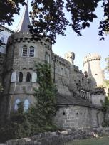 Die Löwenburg am Südrand des Parks