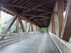 Eine große Holzbrücke ist der einzige Zugang zur Ketscher Rheininsel
