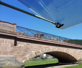Hufgetrappel auf der Brücke - eine Gruppe von Pferden folgt einem Vorreiter über die Werra