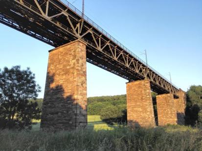 Die Eisenbahnbrücke über das Werratal