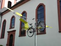 Fliegendes Fahrrad an der Kirche