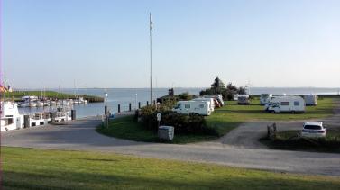 Der Womo-Stellplatz neben dem Yachthafen